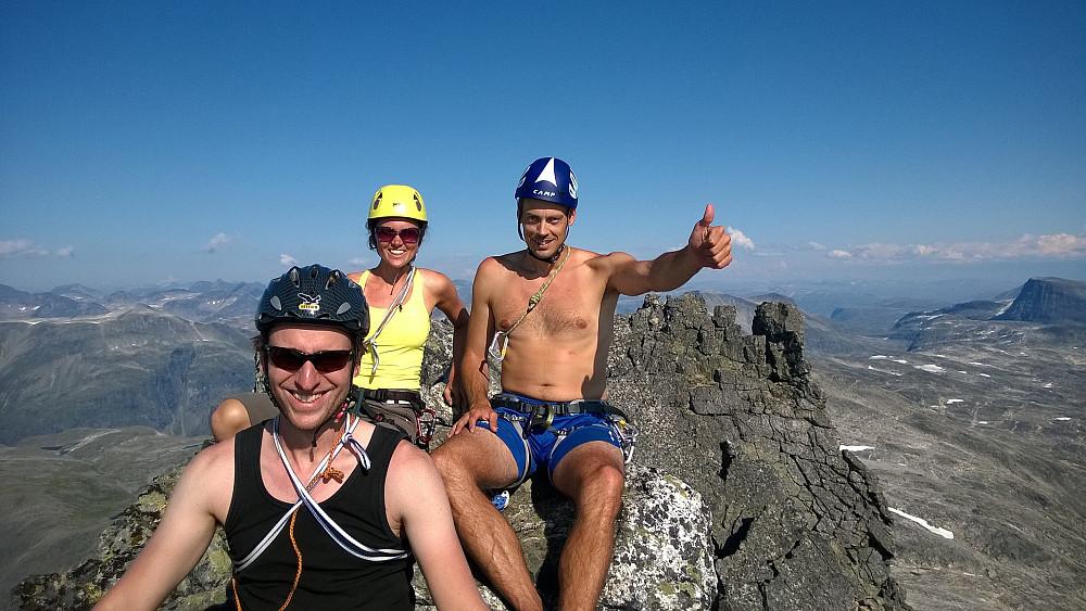 Alexander, med Vicky bak. Jan-Petter til høyre. Riktig tett forenet på toppen av Kvanndalstind!