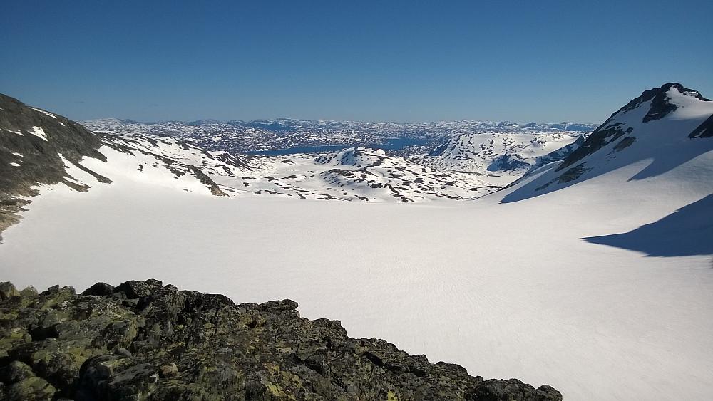 Ingen grunn til å pakke bort skiene ennå! Utsikt fra Uraknatten og sørover...