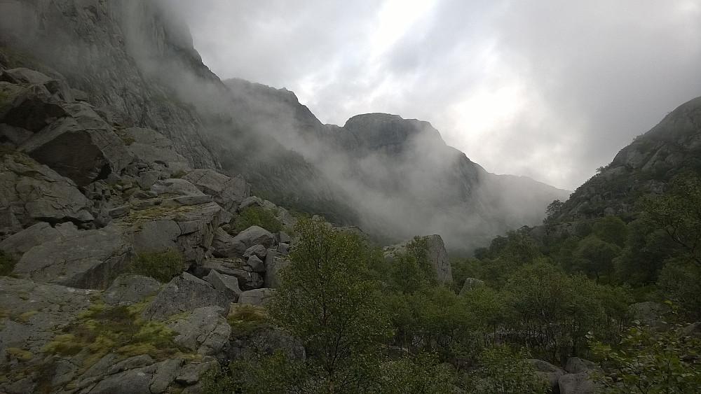 Bildet er tatt østover, og stien holder til høyre rundt den innerste bratt-knatten.