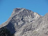 Nordeggen og toppen zoomet inn fra bunnen av Isterdalen i øst.