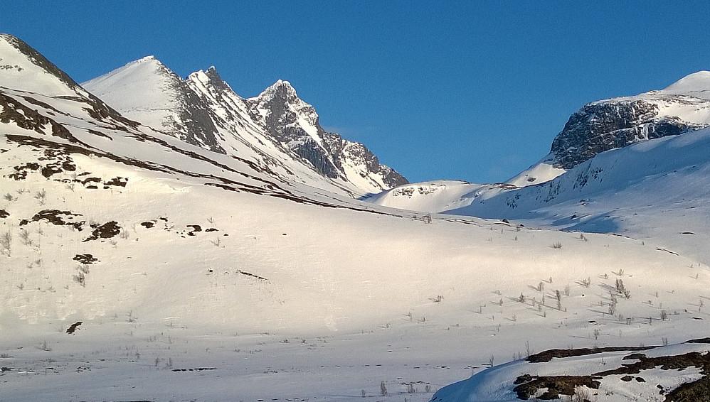 Det klassiske motivet sett fra Turtagrø en vakker aprildag. Store Skagastølstind sentralt i bildet.