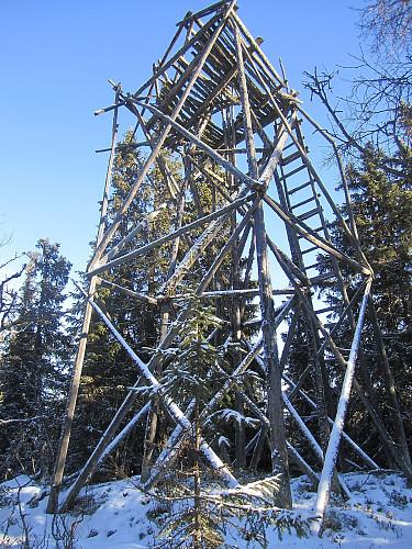 Østtoppen har et tårn som nok snart ramler ned.