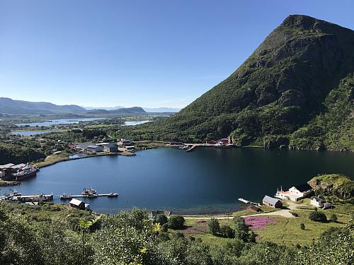 Utsikt fra stien ned til Straumfjorden og parkeringsplassen