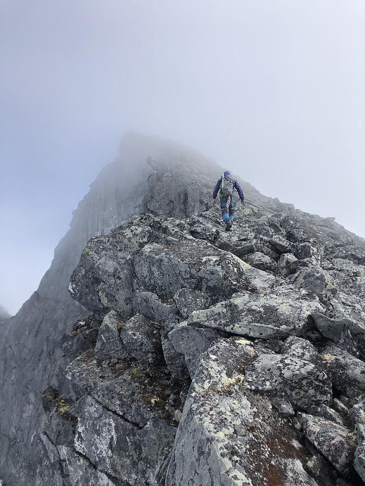 På vei opp mot første klatring. Tåka letter noe