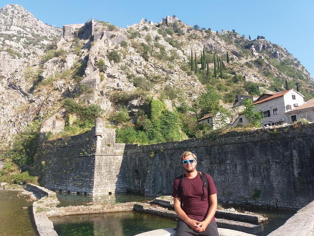 Hans Thorvald med bymuren i bakgrunnen