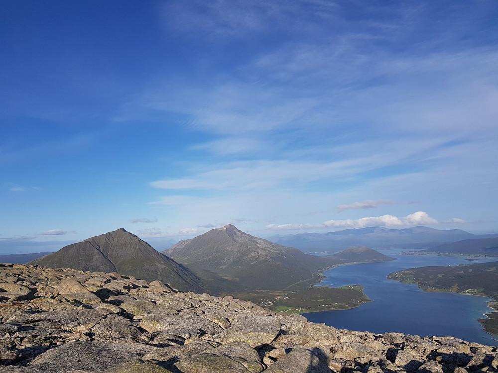Flott utsikt mot Sætertinden og Kongsviktinden på toppen
