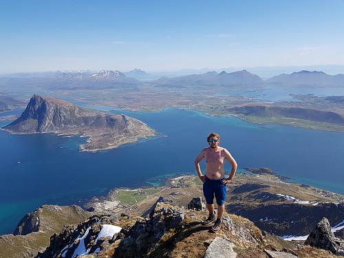 Hans Thorvald på toppen av Stornappstinden med Offersøykammen i bakgrunnen