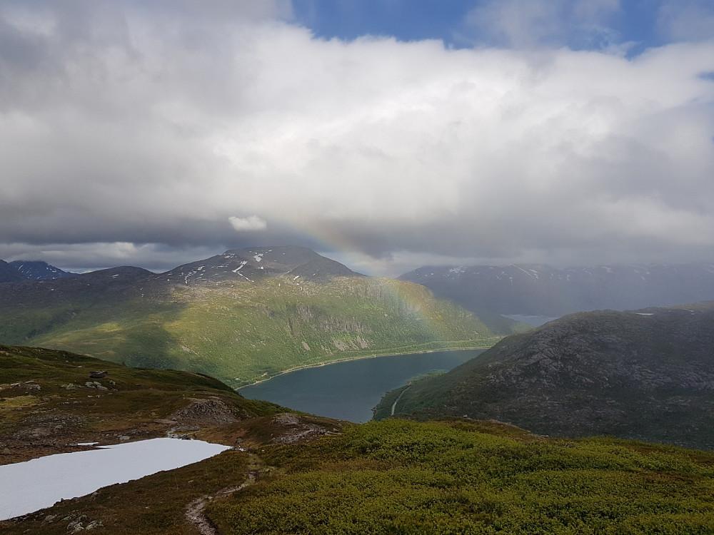 Yr og sol = regnbue. Her er vi på vei ned igjen til bilen