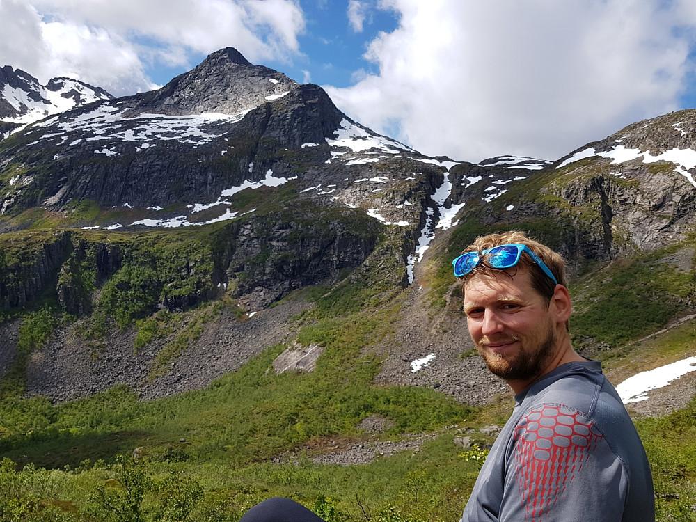 Hans Thorvald med Fiskefjordtindan i bakgrunnen