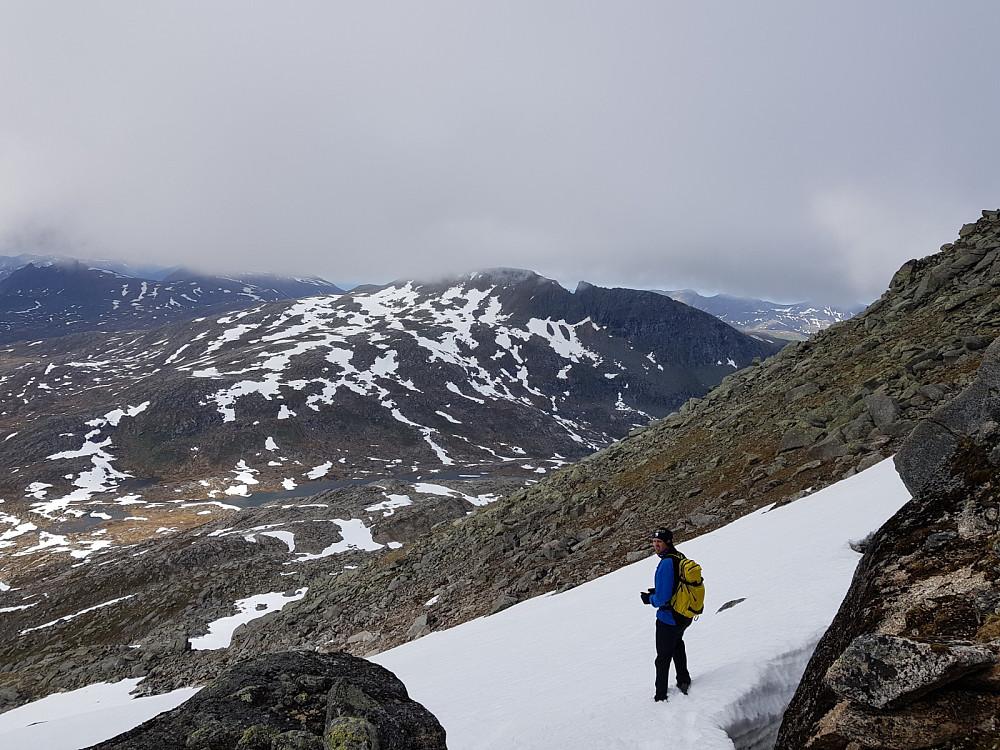 En av snørennene vi dro nytte av nedover fra Nordre Fiskefjordtinden. Snøtinden ser vi bak Hans Thorvald
