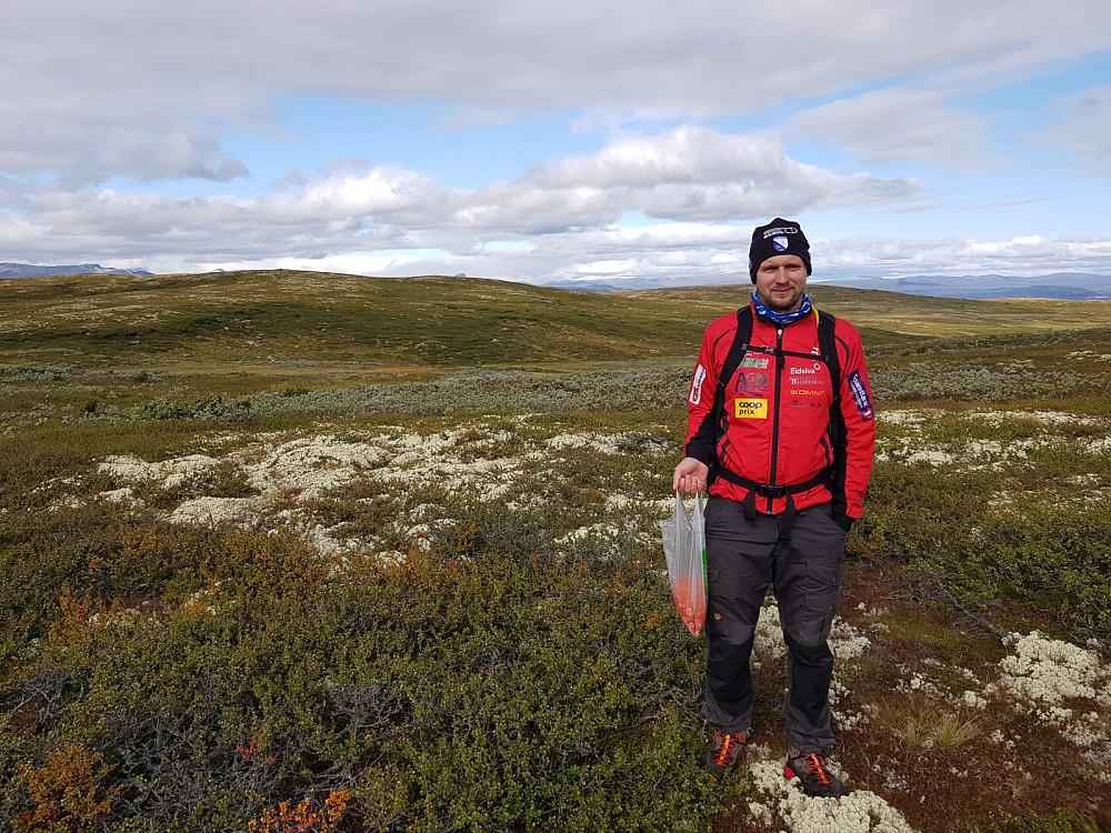 Hans Thorvald med Rennefjellet nordaust bak