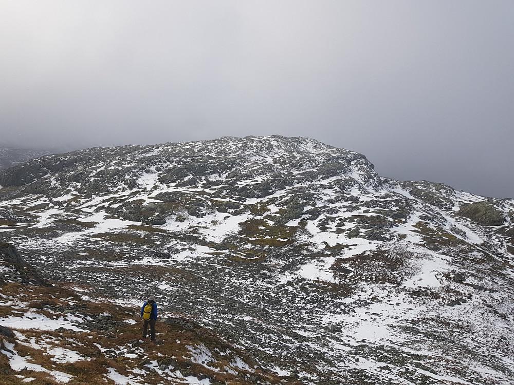 På vei ned fra Larsfonnfjellet. Geitaberget er fjellet foran