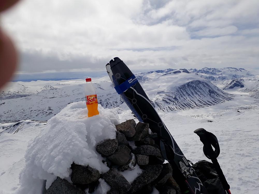 På toppen av Nautgardstinden med Besshø og Gjendealpene i bakgrunnen er det lov å feire med en Solo