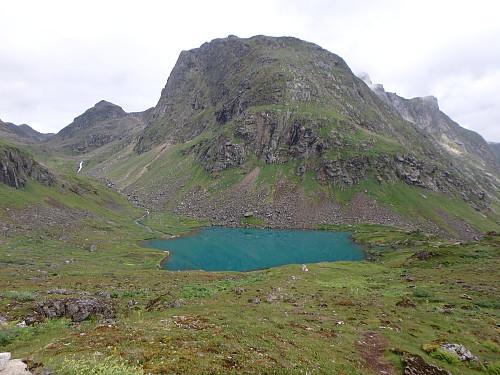 Vann 328 med den fine blågrønne fargen. Stien går på venstre side av bekken opp dalen til Memuruskaret