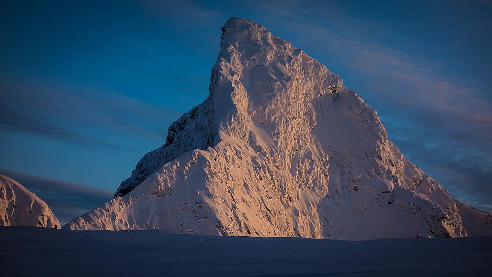 Den perfekte haifinne. Tinden i desemberlys. Foto: Øyvind Mathiassen.
