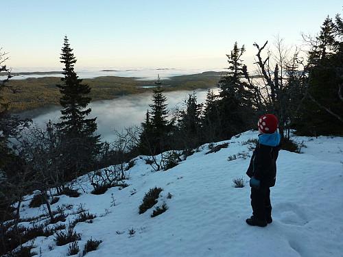 Utsikt fra ryggen sør for toppen.
