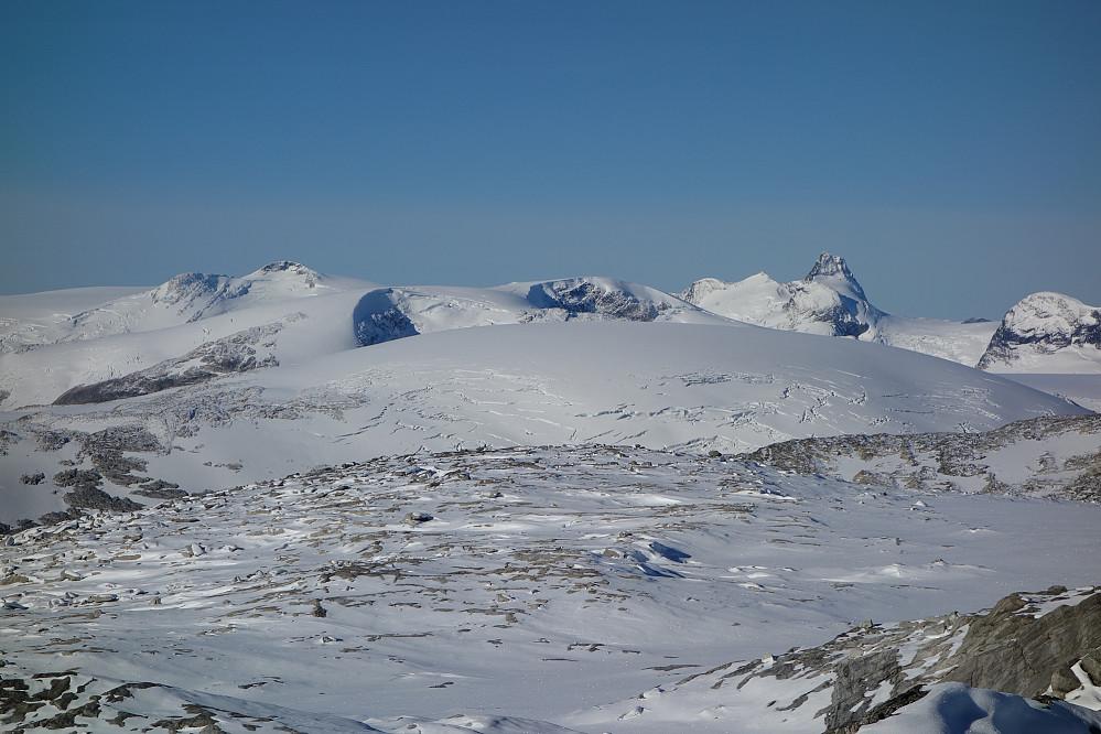 Myke former, utsikt fra Tverreggi med Lodalskåpa til høyre.