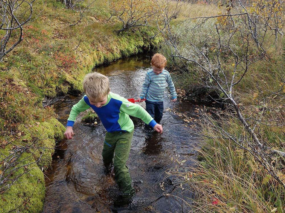 Eirik og Oskar fikk lov å bli våt på beina på returen.
