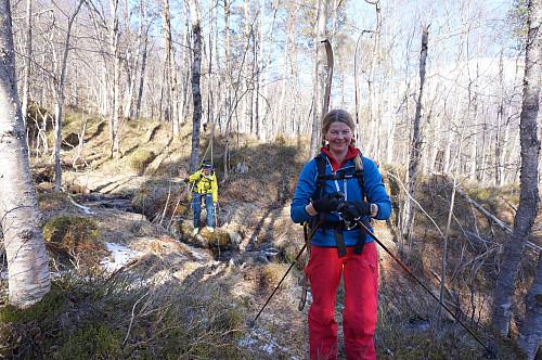 Siri og Randi basker seg oppover skogen...