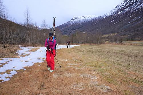 Parkerte bilen ved Sanden parkering og vandret ca. 400 m til Dalsbøen hvor fin sti starter oppover lia.