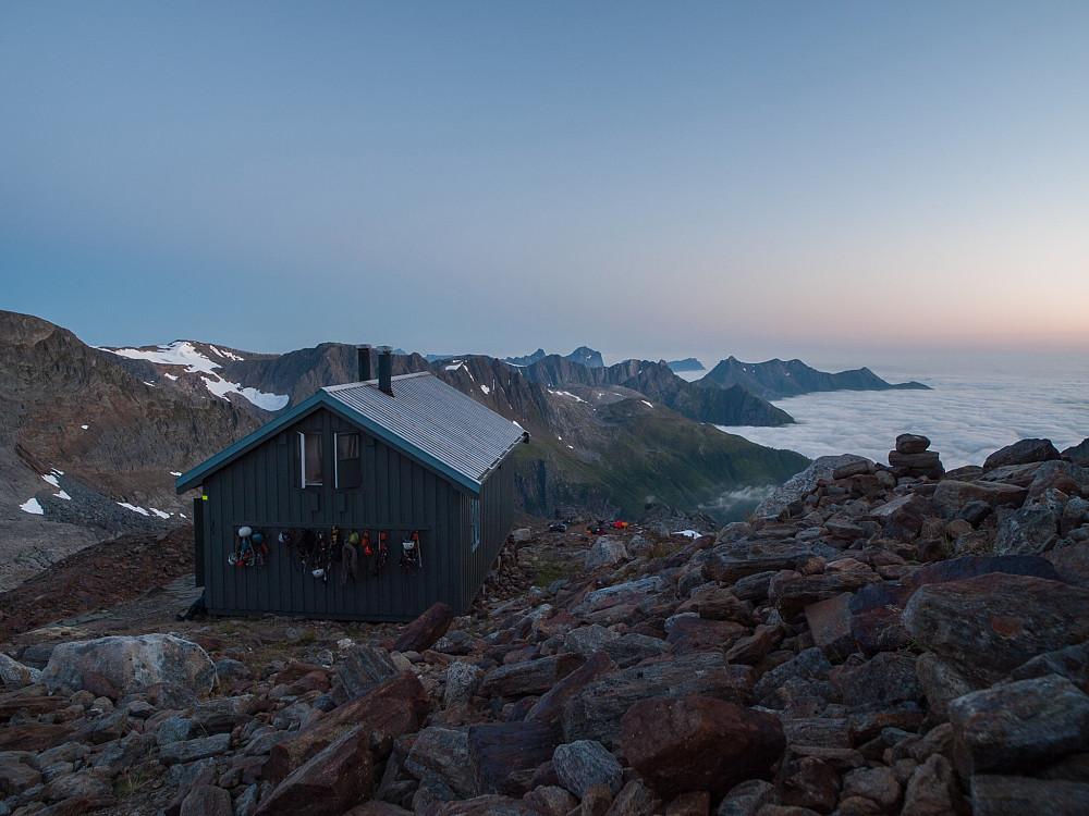 Tåkeheimen en varm og vindstille natt, langt over tåka.