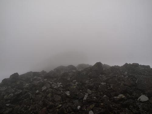 Toppen av Søre Sagi skimtes så vidt...