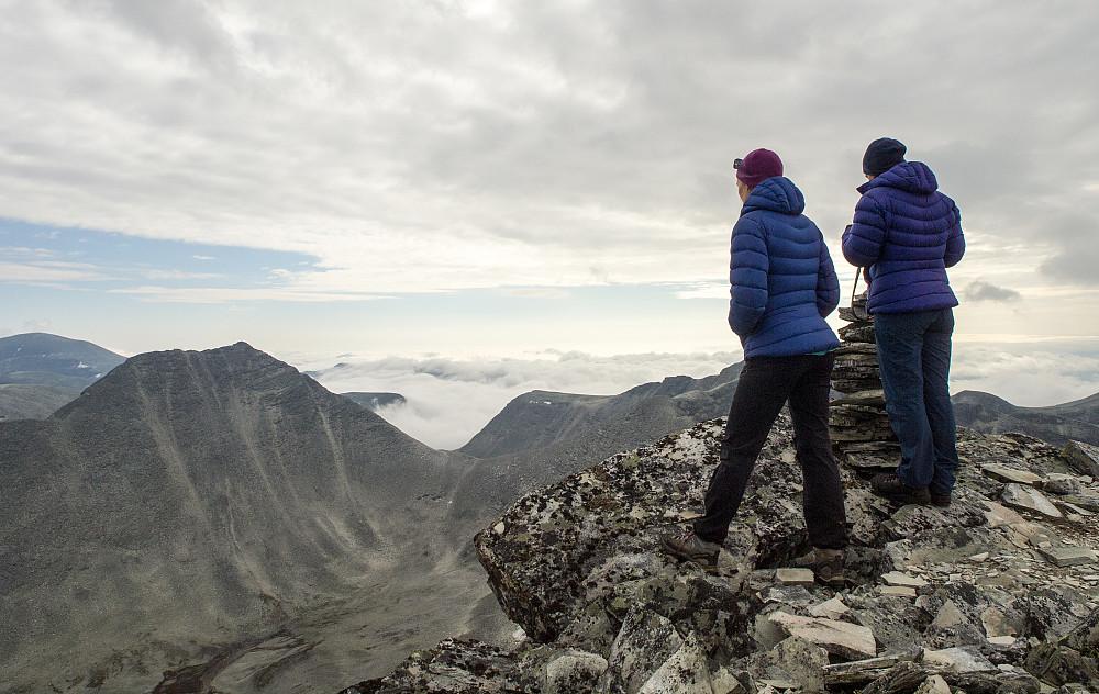 Storesmeden -neste topp på programmet. Sør for Rondane var det skyet og tåke. Men ikke der vi var.