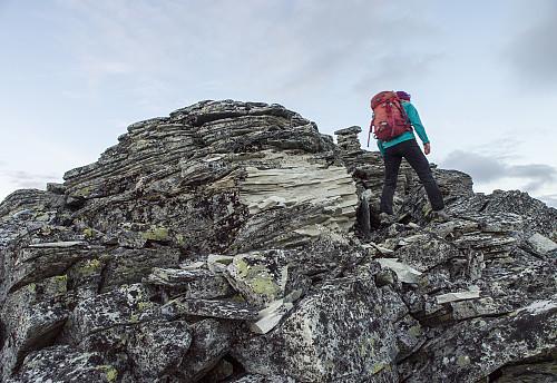 Lurte litt på hva som hadde slengt en kubikkmeter med stein opp til 15 meter bortover her, men det må jo ha vært lyn så klart! Tips: Ikke vær på toppen når det lyner.