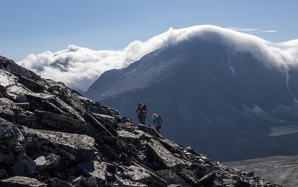 Tåka tar Rondeslottet, mens vi traver opp ura til Angjerds topp nr 100.