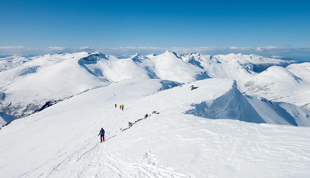 Ikke såå kult å måtte gå de siste 300 meterne mot toppen til fots når man egentlig er på skitur