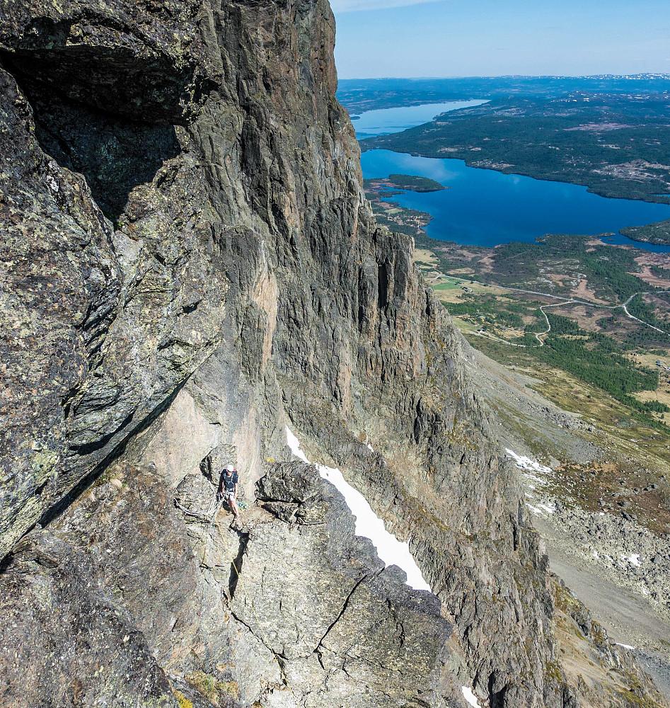 Jeg er på toppen, Steinar står på toppen av topp-pillaren, klar for å følge på traversen