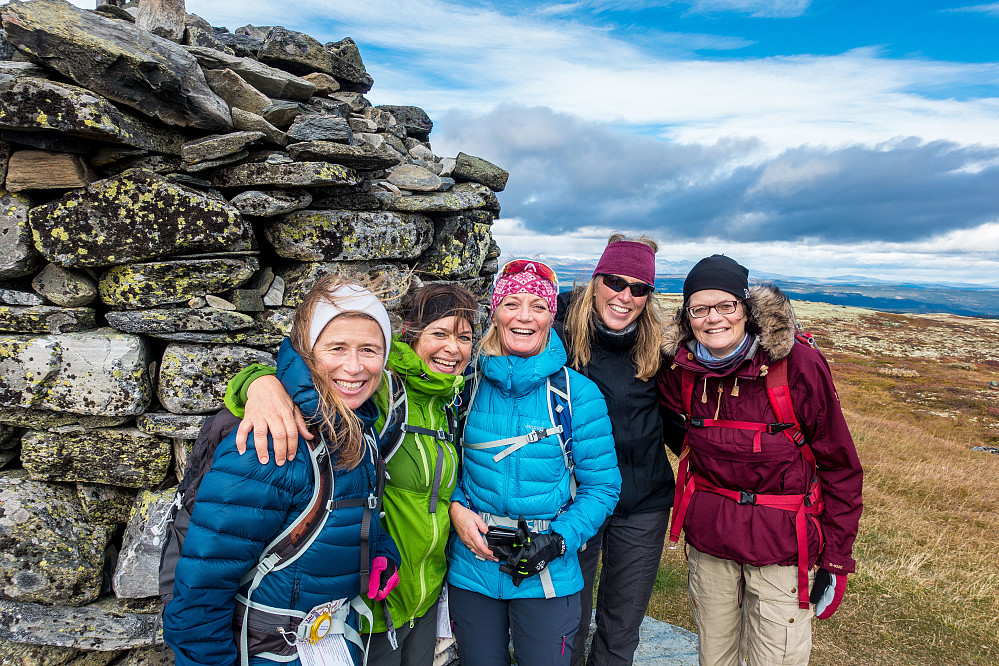 Glade damer på toppen av Dyna - dagens høyeste topp