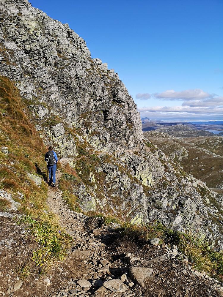 Fra stien på vei ned igjen. Den snor langs smale hyller i fjellet, artig for dem som liker slikt.