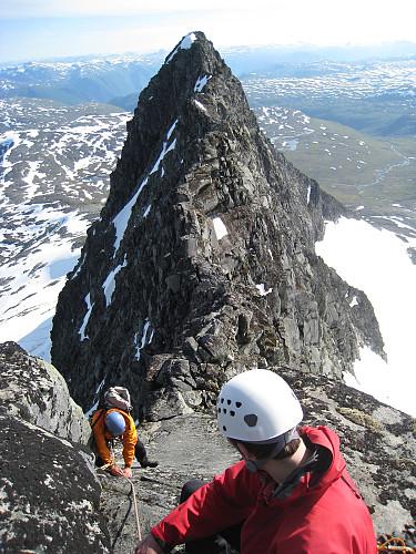 Morten klatrer og Chris og jeg ved standplass mot V0