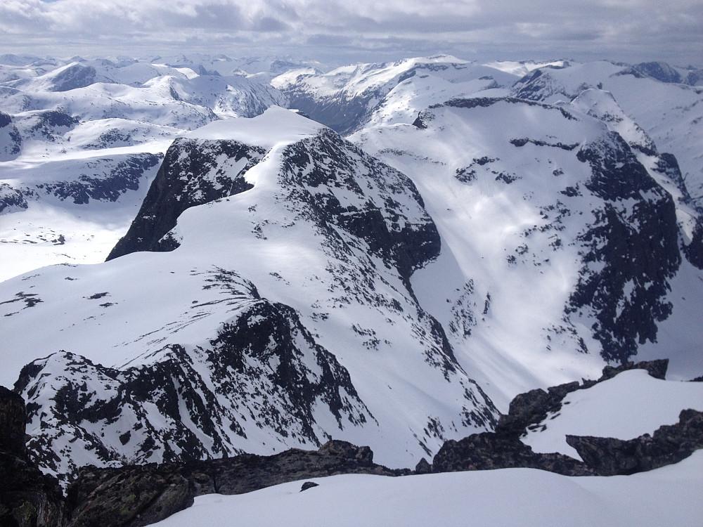 Utsikt fra Sørlige Breitind mot resten av ryggtraversen.