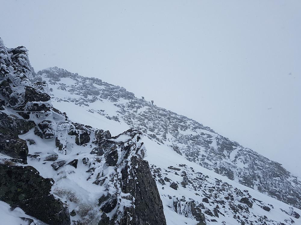 Jon og Solveig på ryggen opp til den østlige 1634-toppen.