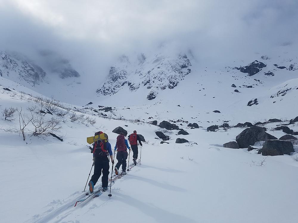 Fortsatt lavt skydekke på vei innover Kvanndalen. Lite snø, og det er nok ikke skiføre innover dalen om en uke eller to.