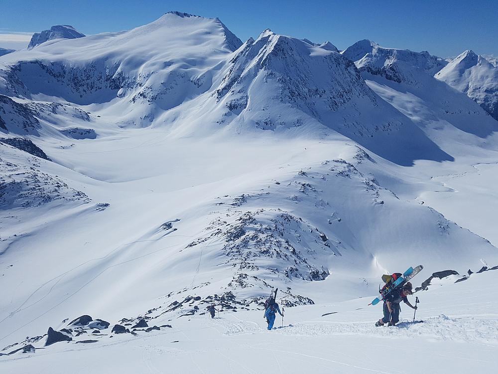 """Opp fra Brandstadskardet var snøen såpass hard at de andre valgte å ta skia på sekk. Ettersom jeg gikk på ski var det nok av tid til """"motiverende"""" ord og bildeknipsing for min del."""