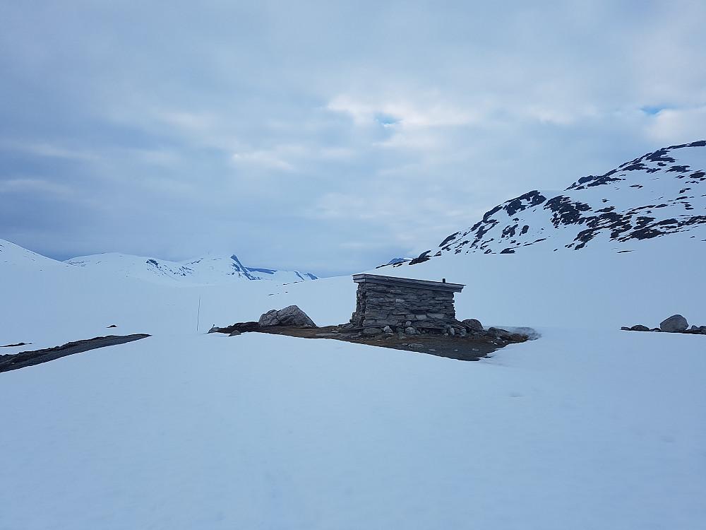 Johanhytta. Fossafjellsnyta sees helt bakerst rett til venstre for hytta.