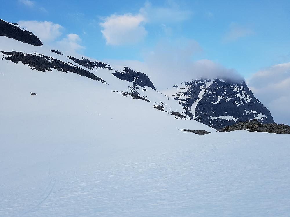 Nedkjøringa fra Rångåhøgda til venstre i bildet og Rångåhøgda fortsatt innhyllet i skyer/skodde. Den var i ferd med å lette her.