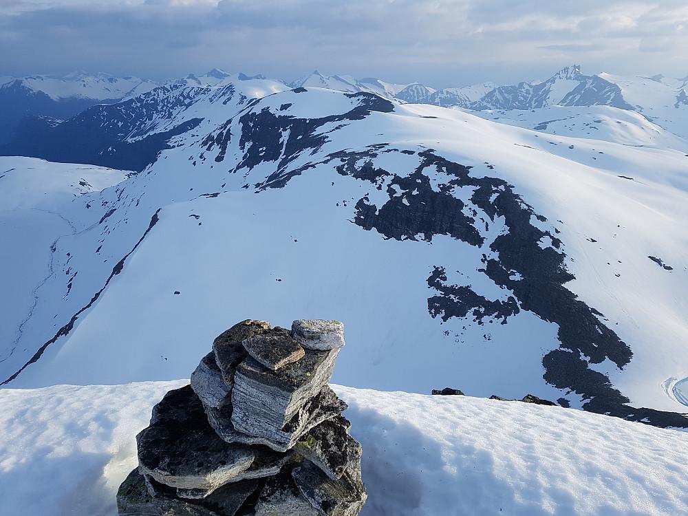 Fra Søre Midthøin mot de siste Midthøintoppene og mer kjente fjell i bakgrunn.