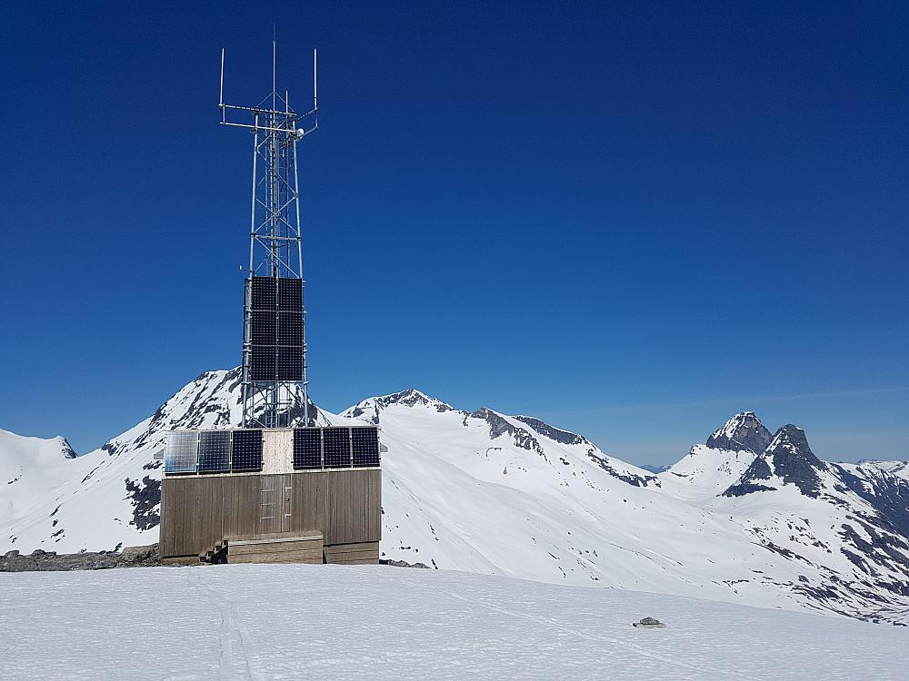 På Skarfjellenden med mer kjente Trollstig-topper i bakgrunn.