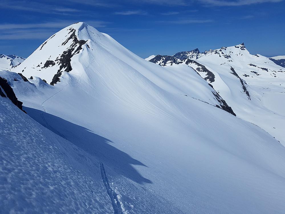 Når det er såpass mye snø som det var i dag er det fint å gå på ski langs eller litt nord for eggen mellom 1723 og 1707.