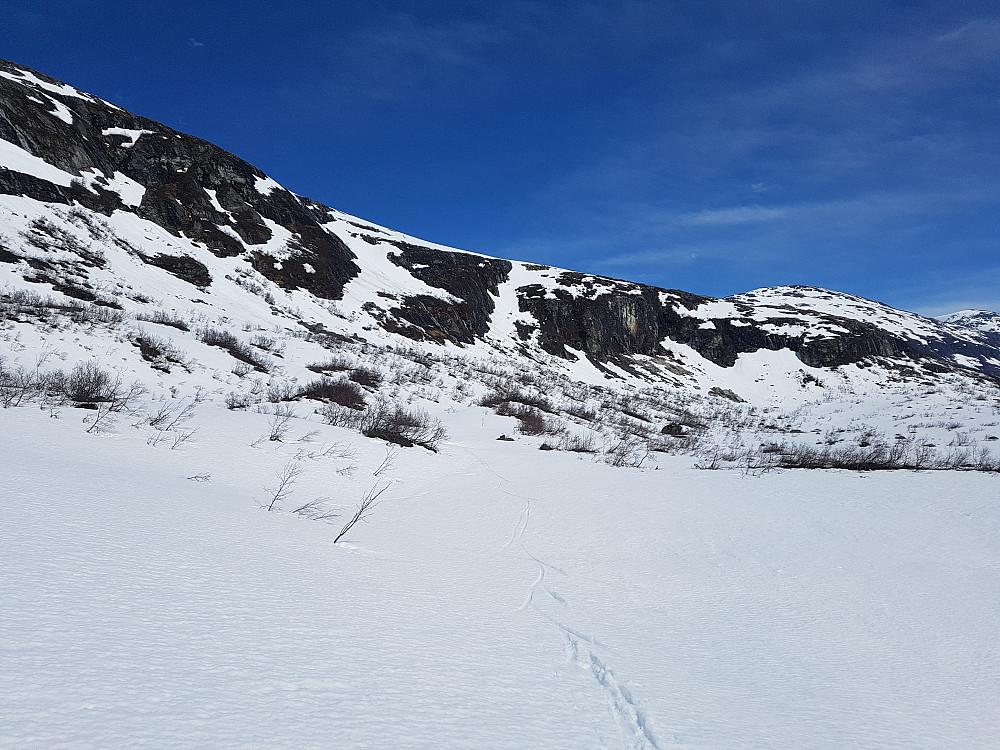 Siste stykket ned i Langfjelldalen fant jeg et bratt snøfelt som jeg kunne følge mellom hamrene.