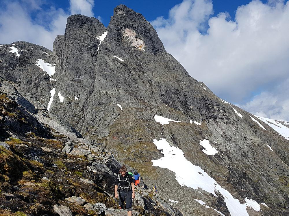 Stort sett bart opp fra Vengedalen, med unntak av et par små snøfelt som måtte krysses under Romsdalshorn.