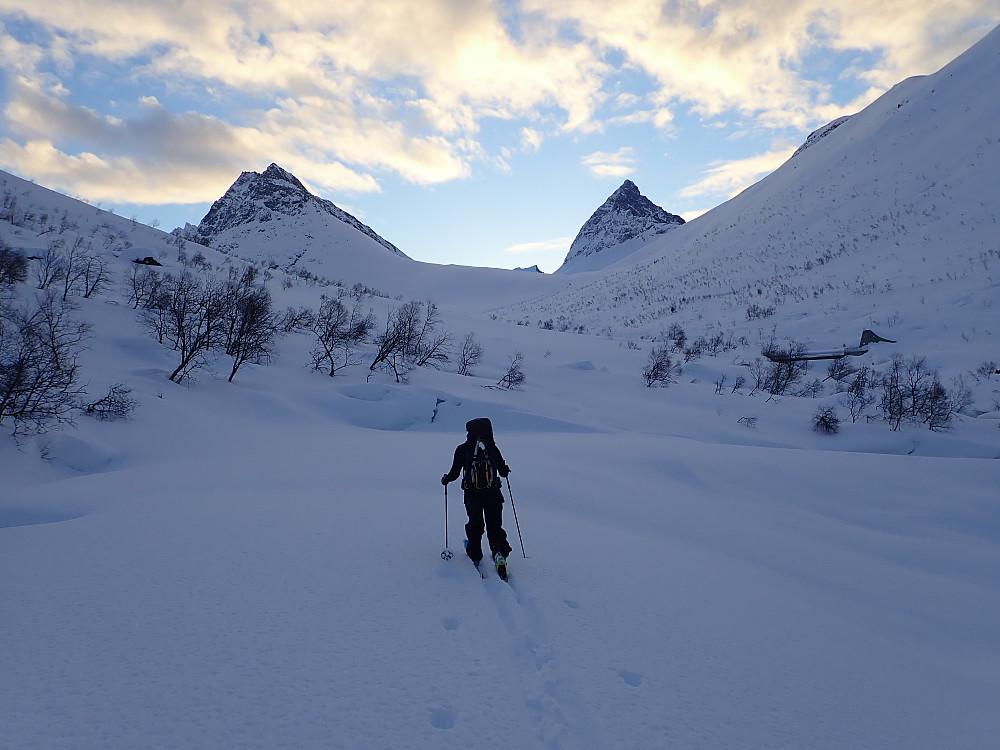 Det var meldt strålende sol, og selv om det var helt grått på sørsida av Hjørundfjorden, så det for så vidt lovende ut da vi vendte nesen innover Langsæterdalen. Geithornet til venstre, Slogen til høyre.