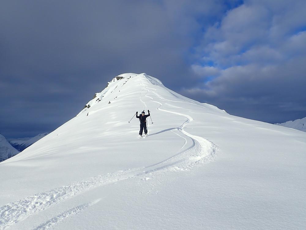Selv om det ikke var mange høydemeter fra Klokksegga og ned i skaret mot Maudekollen, var snøen så fin at jeg tok av fellene slik at jeg fikk satt noen svinger. Ole kom etter med fellene på.
