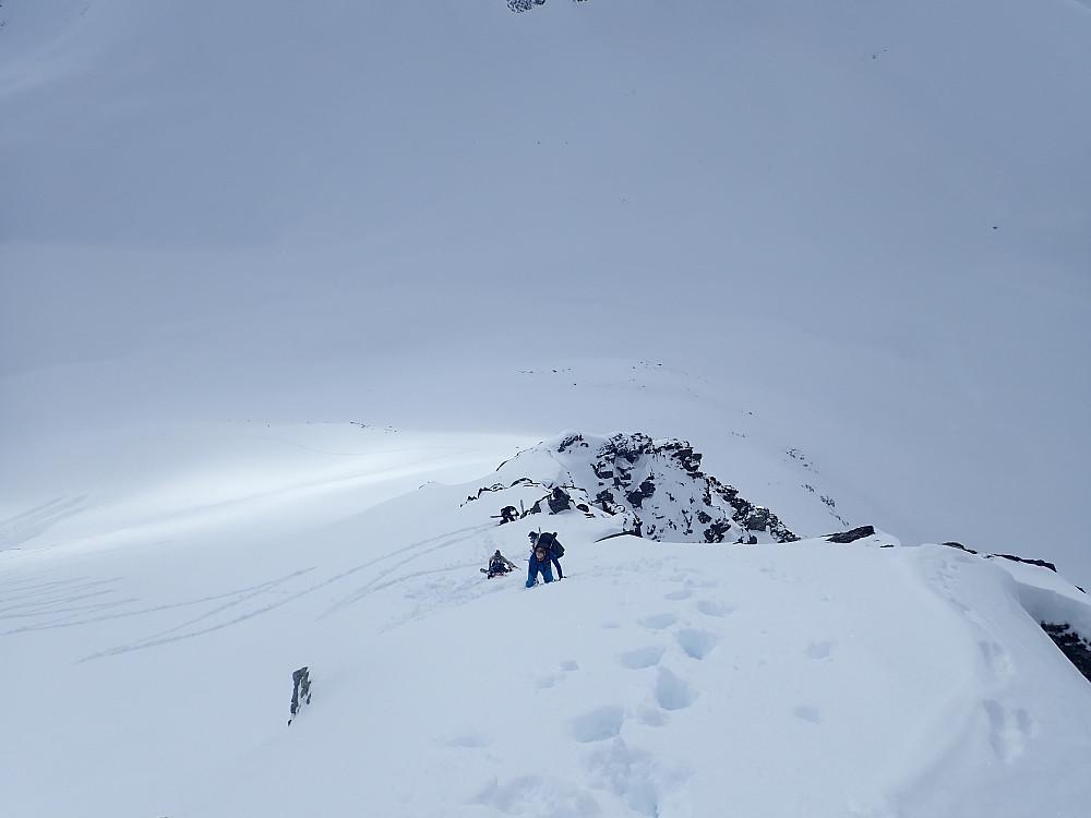 Vi gikk på ski til et bratteste punktet på ryggen på ca 1220 moh. Deretter ski på sekk.