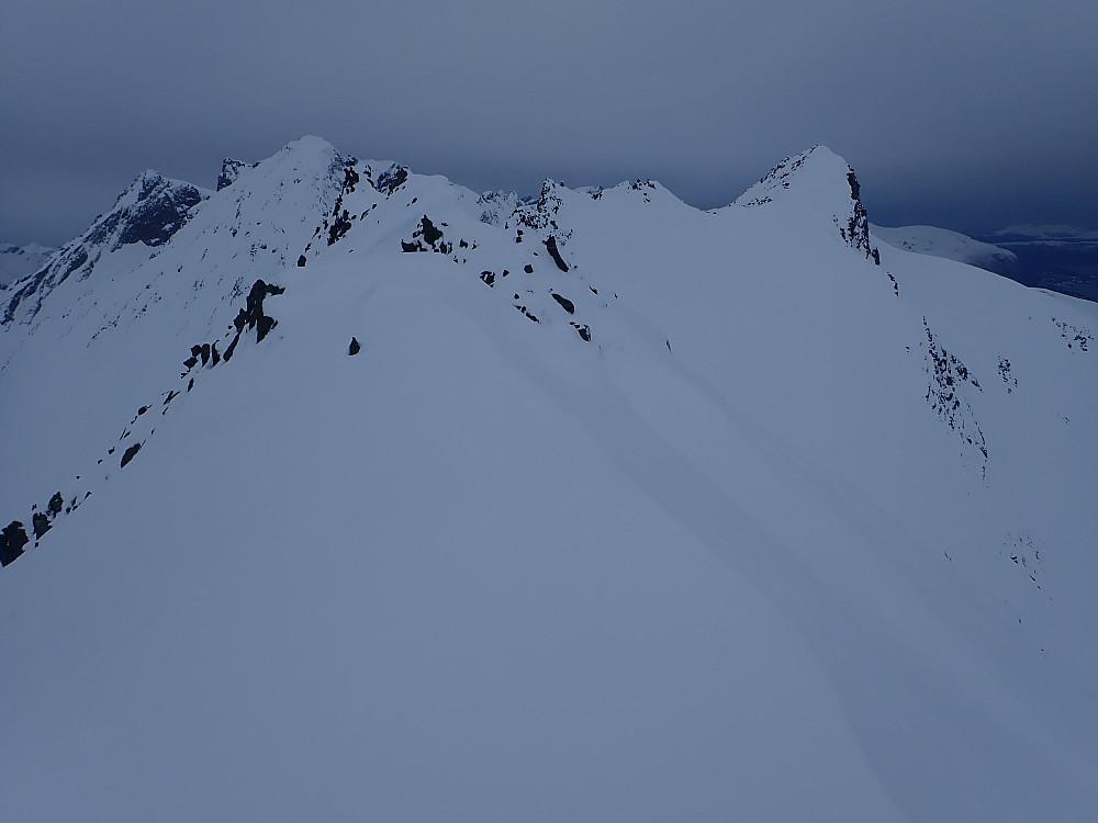 Jon og Solveig bestemte seg for at nok var nok, og kjørte ut dalen i retning Langsætra mens jeg og Ole fortsatte mot Gullmorhornet (den hvite toppen til høyre i bildet). Langs toppryggen ble det en del sidebratt traversering i nordsida. Dette gikk greit å gå på ski i dag.