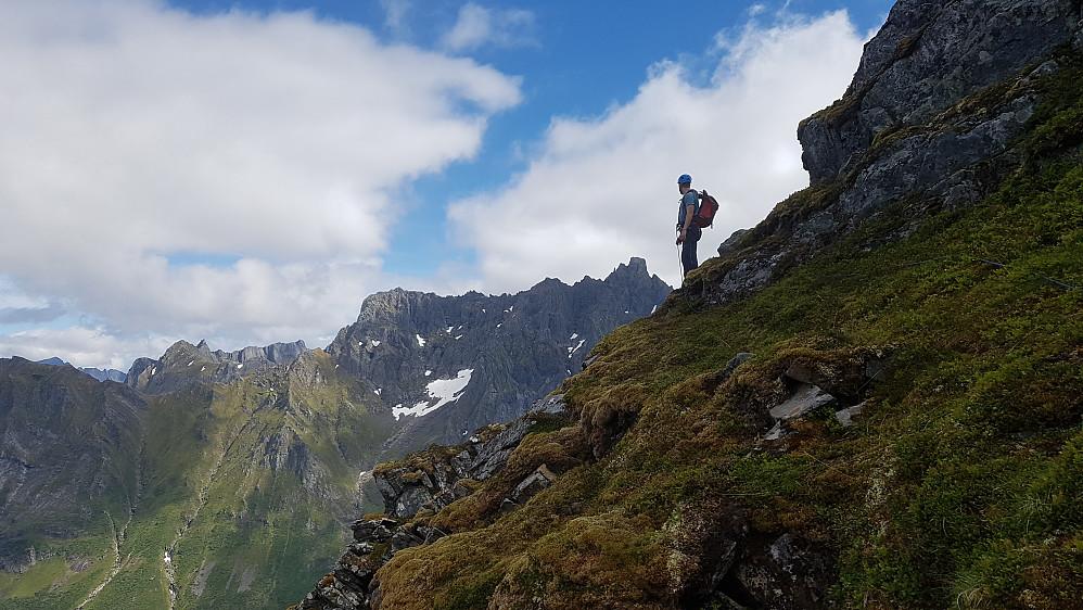Jon på vei ned fra Midtre Raudfonntind 1005 med Kolåstinden i bakgrunnen.